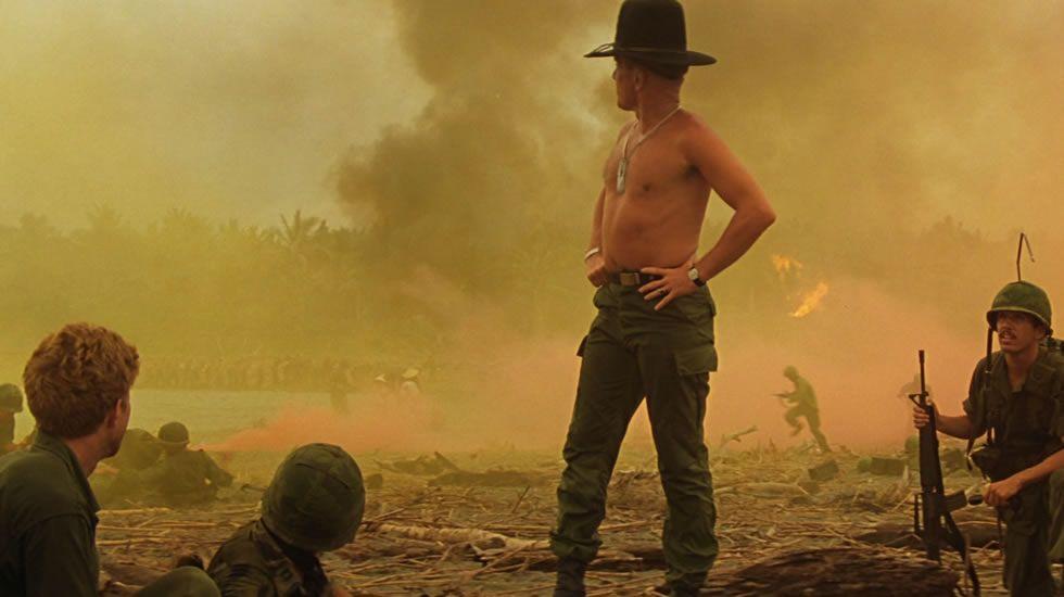 «Yo quería una misión... y por mis pecados me dieron una». Con estas palabras arranca Martin Sheen «Apocalypse now», dirigida y producida en 1979 por Coppola. Orson Welles intentó adaptar primero el relato brutal de Joseph Conrad, «El corazón de las tinieblas». No pudo. En su lugar lo hizo el de Detroit, trasladando la acción a la guerra de Vietnam. Una compañía estadounidense, en busca de un desertor. Un traidor. Una reflexión sobre la libertad, la desesperación. Un gran ejercicio de locura.