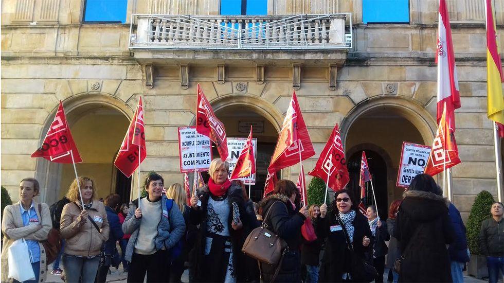 Trabajadoras de Gestión de Servicios del Nalón, en su protesta frente al ayuntamiento de GIjón