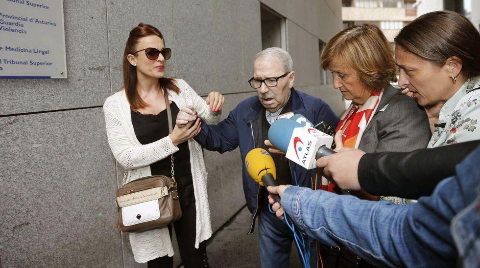 El ex secretario general del SOMA-UGT, José Ángel Fernández Villa (2i), a su llegada al Palacio de Justicia de Oviedo, donde hoy están declarando testigos e investigados en la Operación Hulla