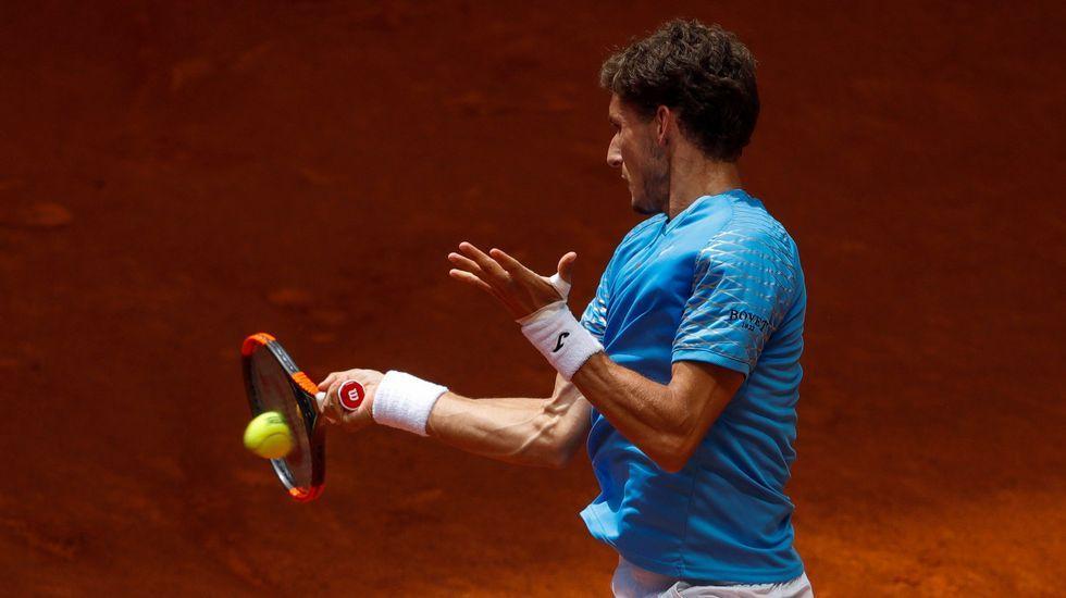 .El tenista español Pablo Carreño devuelve la bola al croata Borna Córic durante el partido de la primera ronda del Masters 1000 Mutua Madrid Open que se disputa en la Caja Mágica