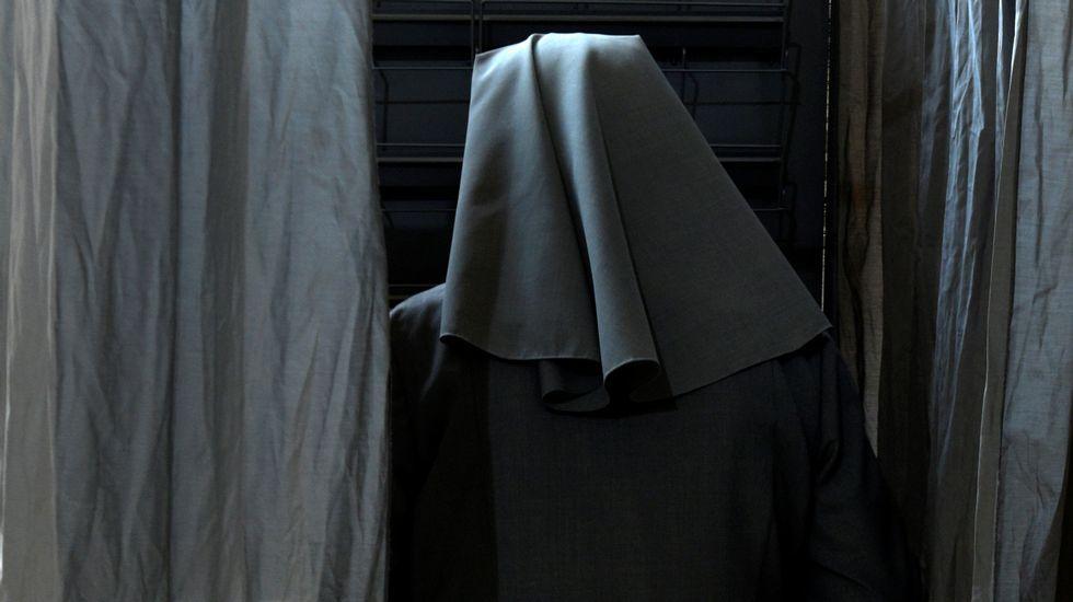 .Una monja, votando en Oviedo