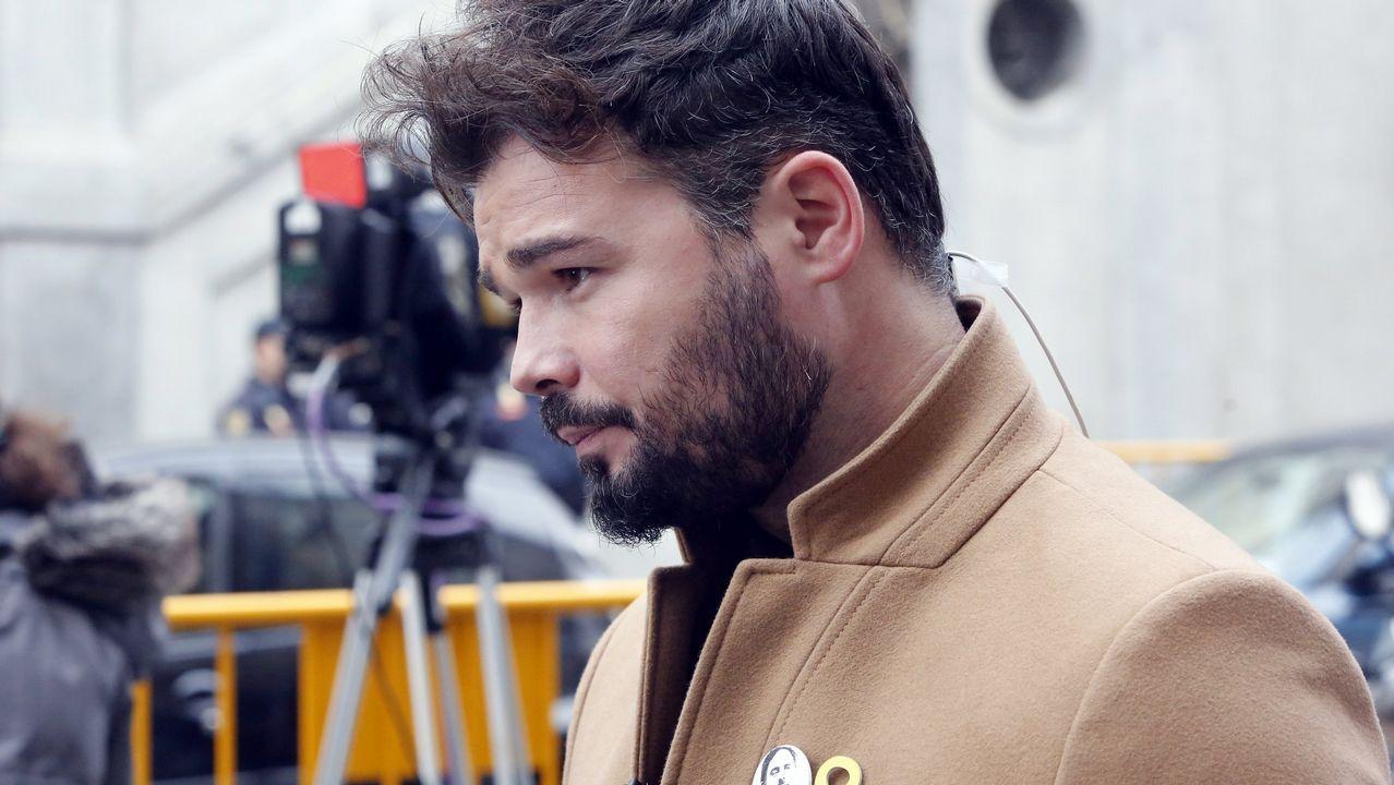 ERC y la CUP reclaman una «estrategia común» a Torra tras el ultimátum a Sánchez.Los cerca de 5.000 «mossos» que se manifestaron por el centro de Barcelona se cruzaron aplausos con sus compañeros de la jefatura de la Policía Nacional