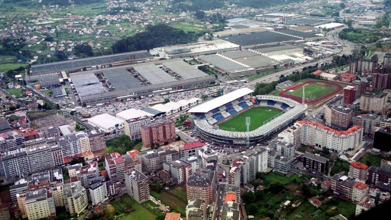 Vista en 2001 de la fábrica de Balaídos, con el estadio del Celta en primer término y las naves de PSA al fondo
