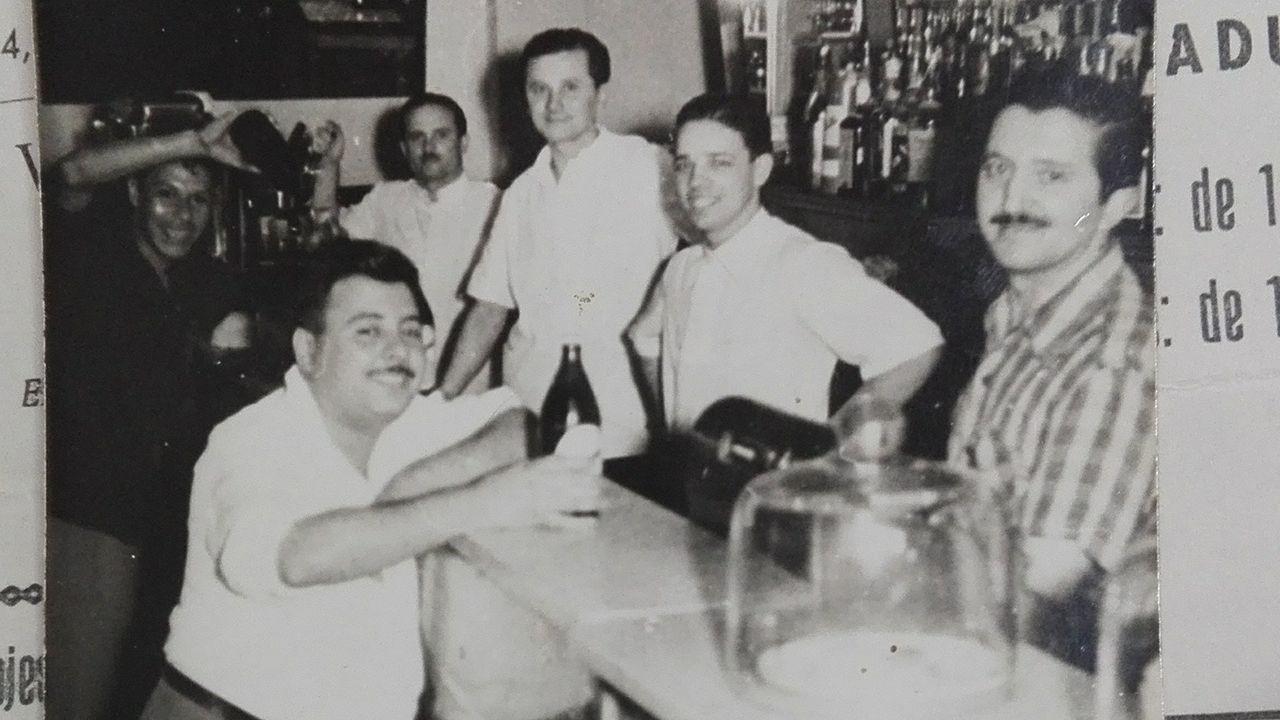 Francisco Gayol, al fondo, en su bar de Montevideo.