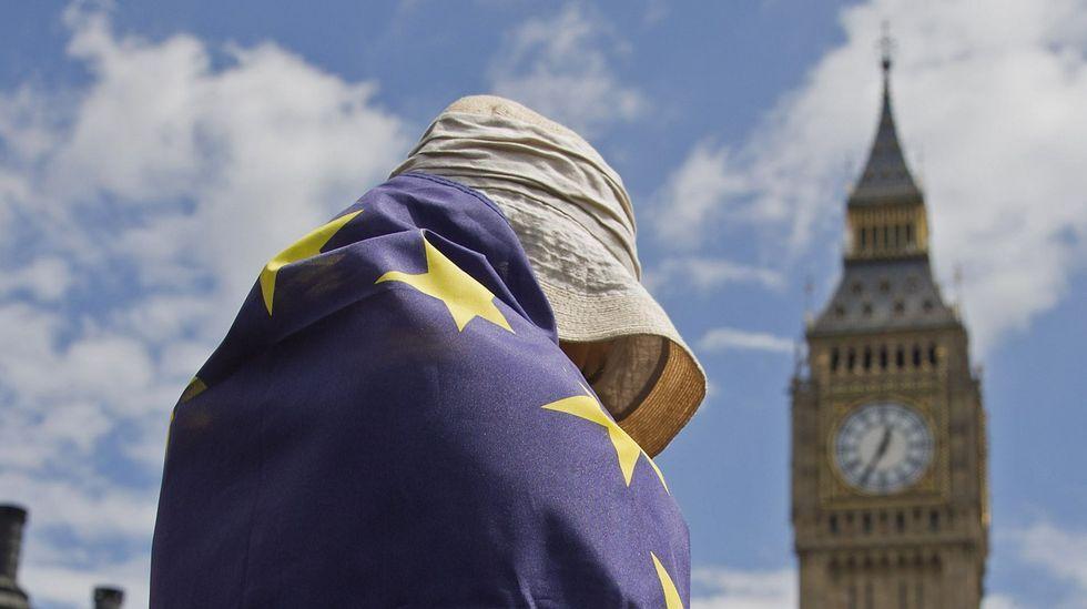 Multitudinaria manifestación proeuropea en Escocia.Saludo entre Juncker y Farage