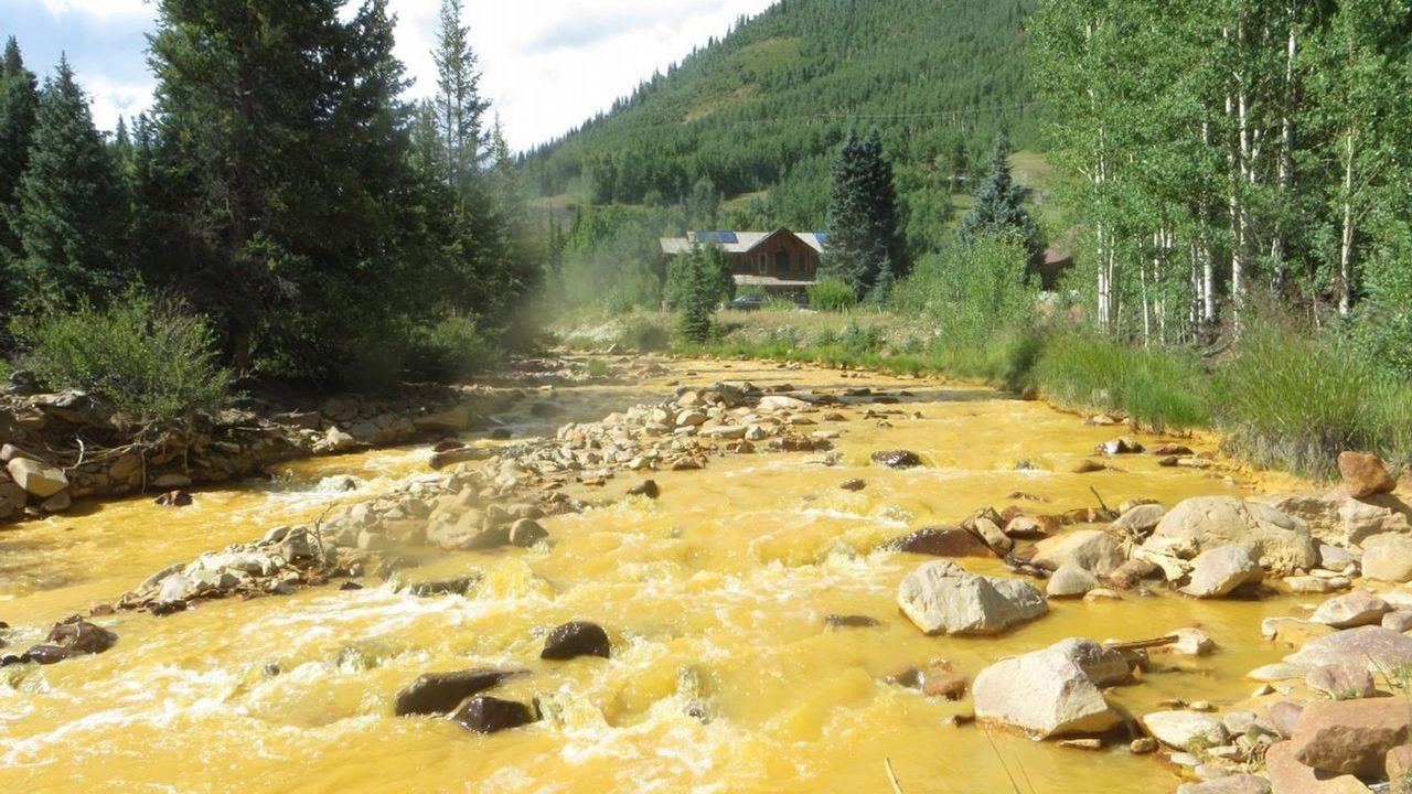 Vertido de metales en un río