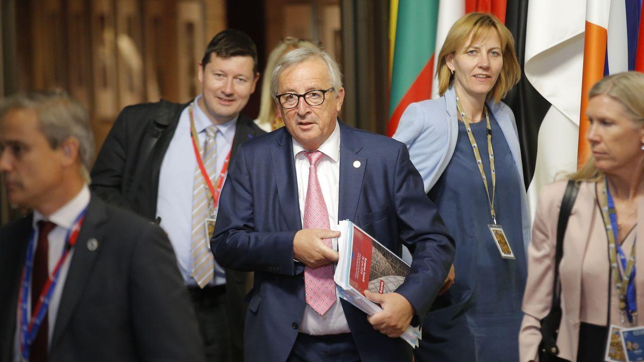Un grupo de pasajeros consulta los vuelos en el Aeropuerto de Asturias.Jean-Claude Juncker, tras una noche de negociaciones