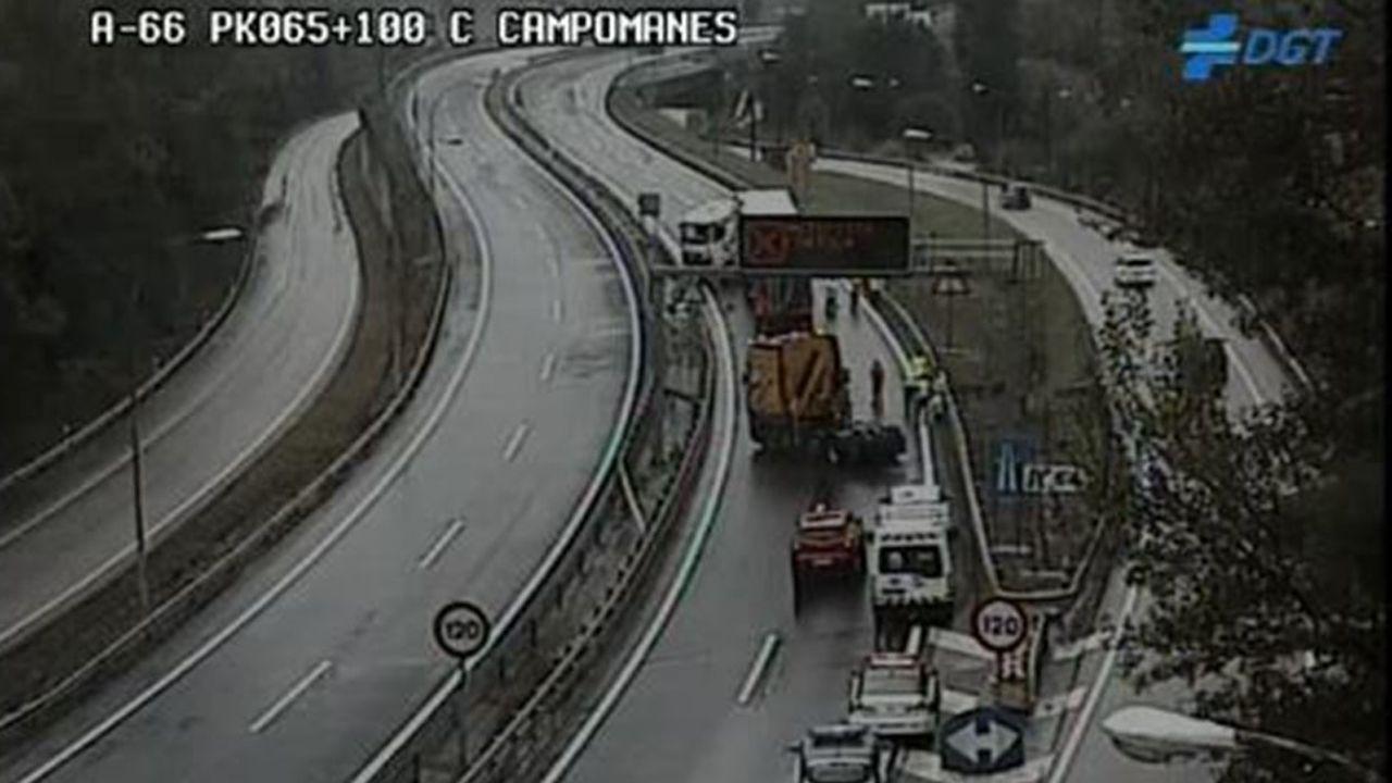 .Un camión accidentado corta la A-66 a la altura de Campomanes