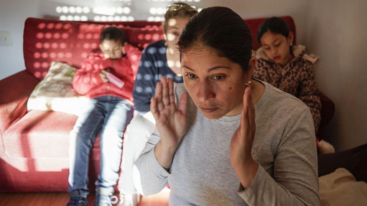 «En tres meses nos quedamos sin nada, tuvimos que pedir ayuda».Venezolantos toman agua de una tubería abandonada ante la falta de electricidad y de suministro de agua potable