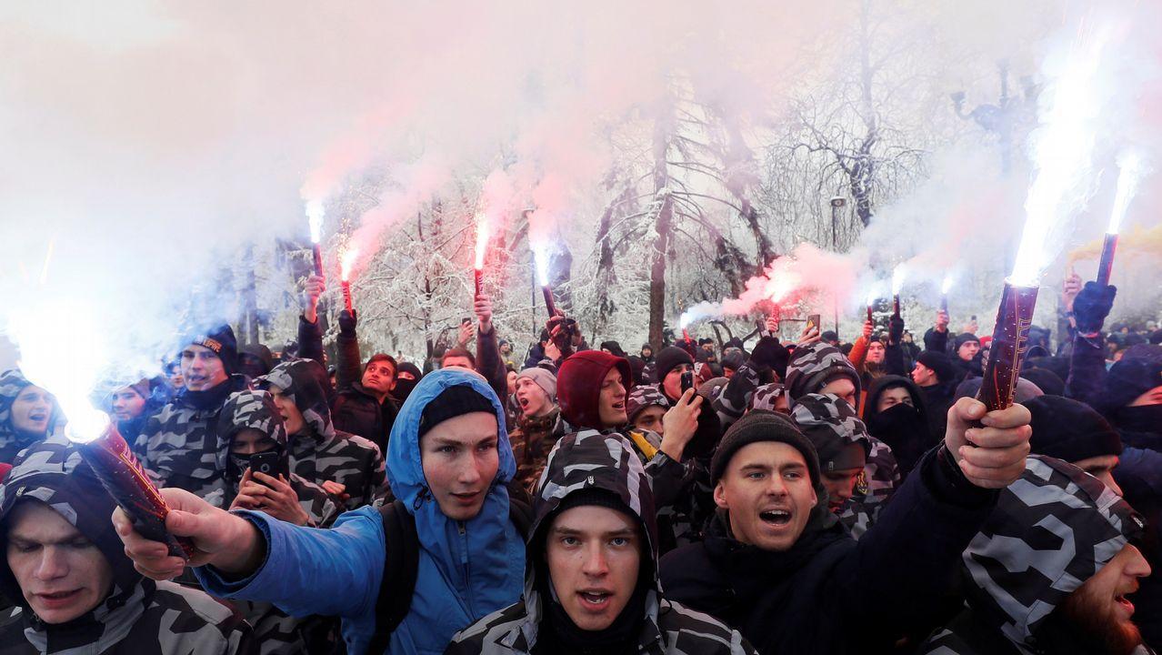 Activistas de ultraderecha queman bengalas para apoyar a la Armada ucraniana