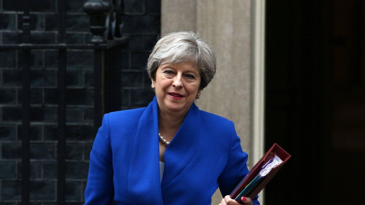 Theresa May certifica su apoyo a Rajoy en Cataluña.El vídeo muestra que David Davis prefirió quedarse al lado de May en vez de ir a negociar a Bruselas