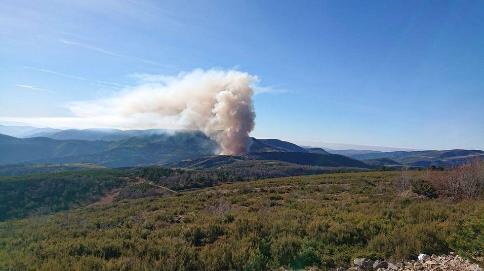 Columna de humo del incendio forestal activo esta tarde en el norte de la Serra do Courel
