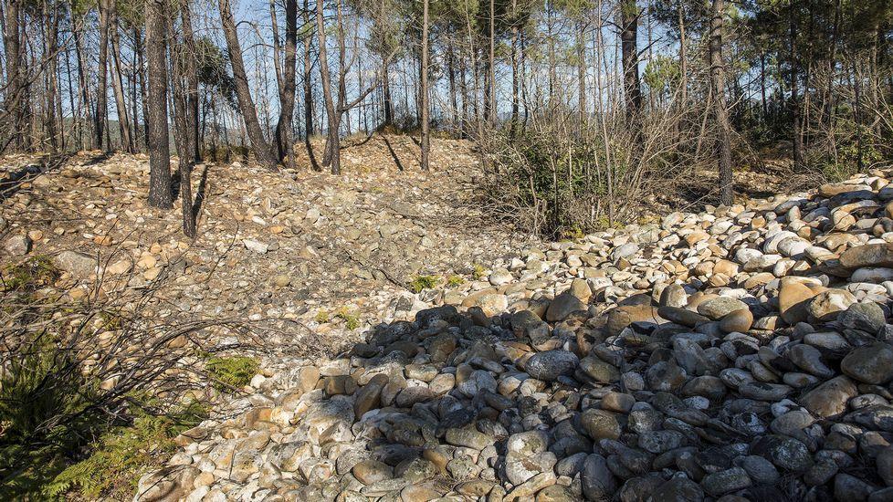 Otro aspecto de uno de los grandes cúmulos de cantos rodados creados por la antigua actividad minera