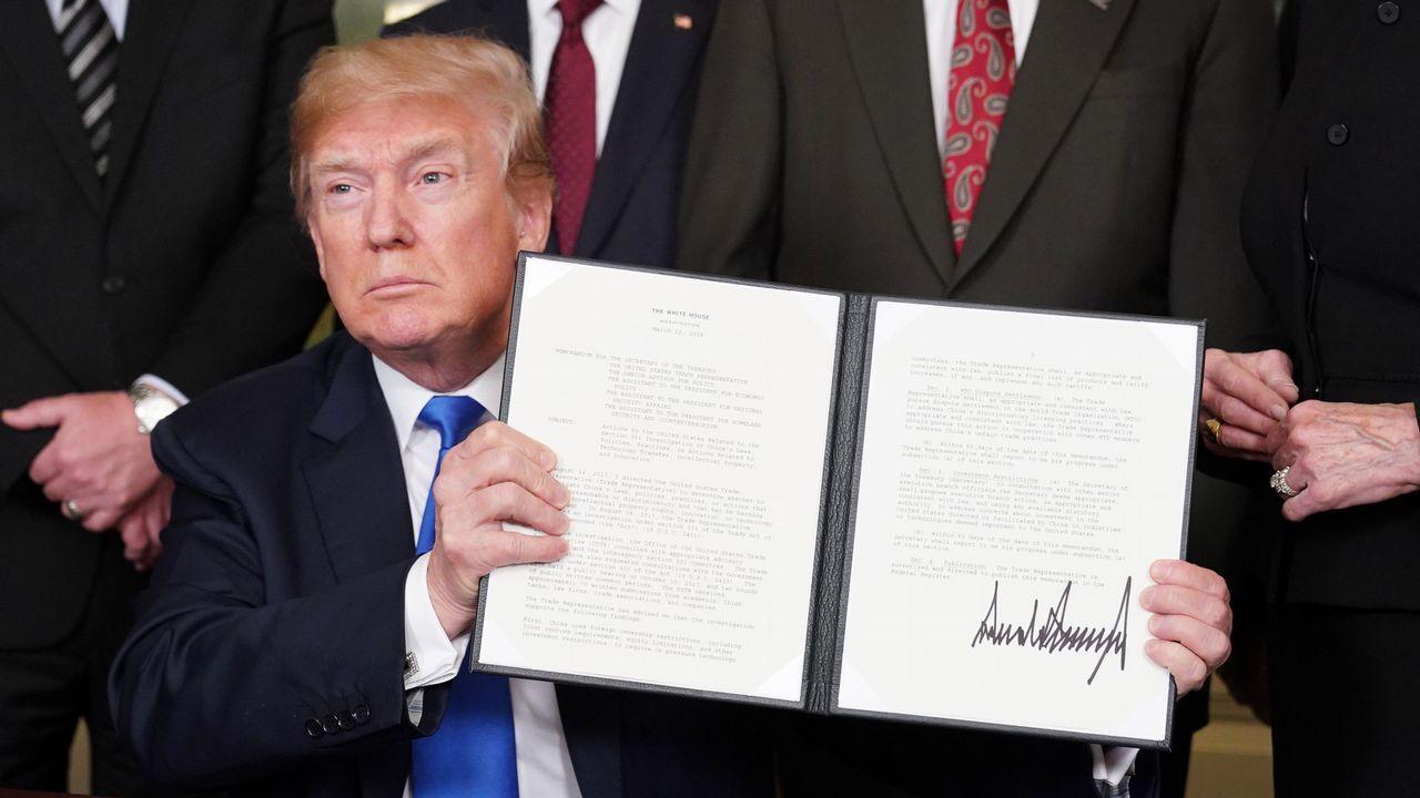.El presidente Donald Trump firma sanciones comerciales contra China el pasado mes de marzo