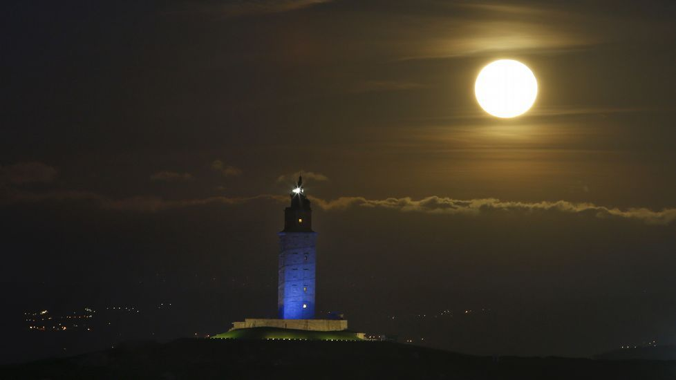 Superluna sobre la Torre en una imagen de archivo
