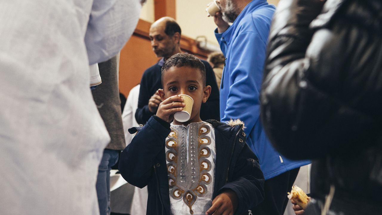Niño en la fiesta del fin del Ramadán en Oviedo
