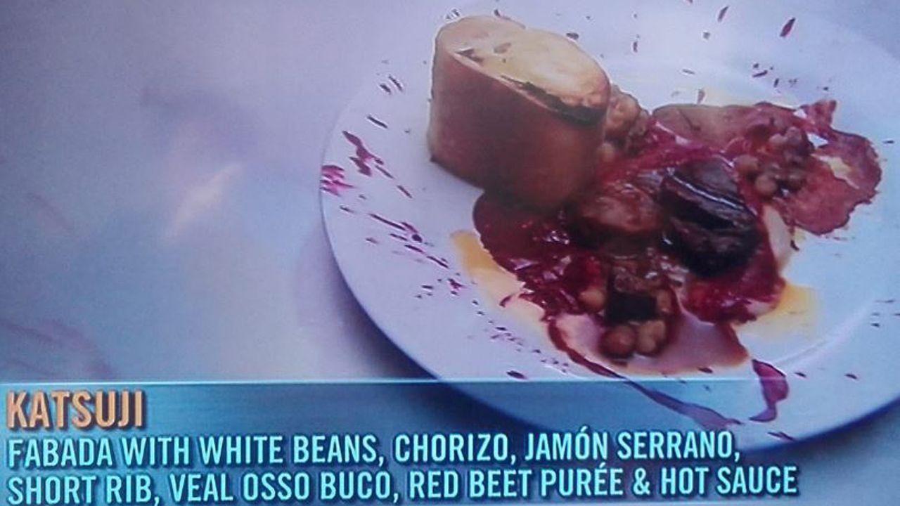 Imagen de la peculiar fabada servida en Top Chef Boston, consistente en alubias blancas, chorizo, jamón serrano, costillas, osso buco de venado, puré de remolacha y salsa picante