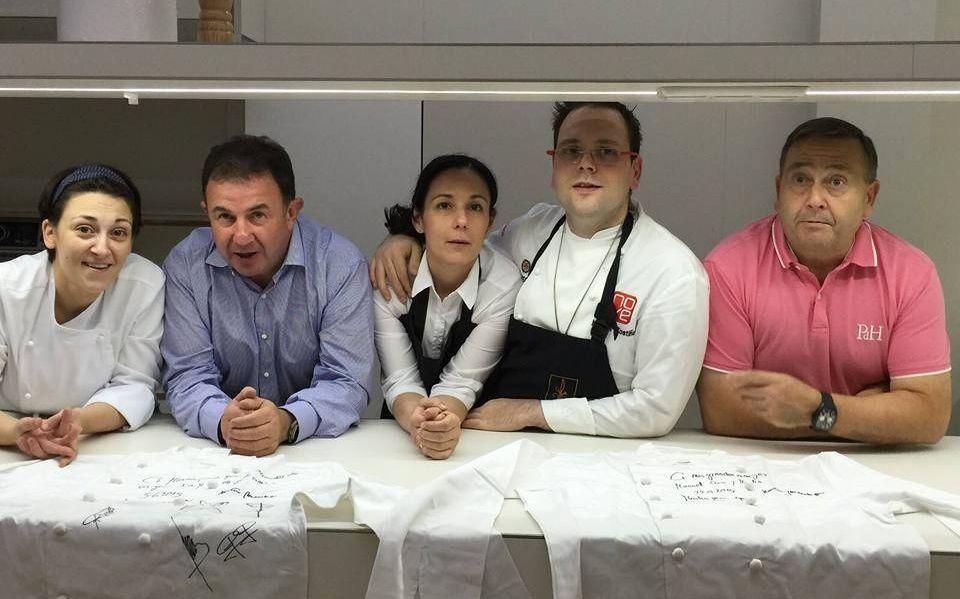 Aniuska, primera eliminada de «MasterChef».Berasategui, segundo por la izquierda, con la familia propietaria.