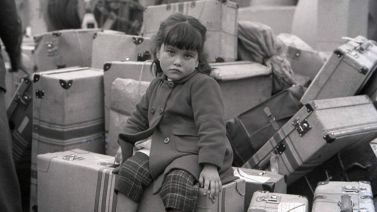 El asturiano Martín López-Vega.Unha nena agarda pola súa nai sentada nas maletas na Coruña de 1963, nunha das instantáneas da exposición «Os adeuses» que viaxará a Estados Unidos