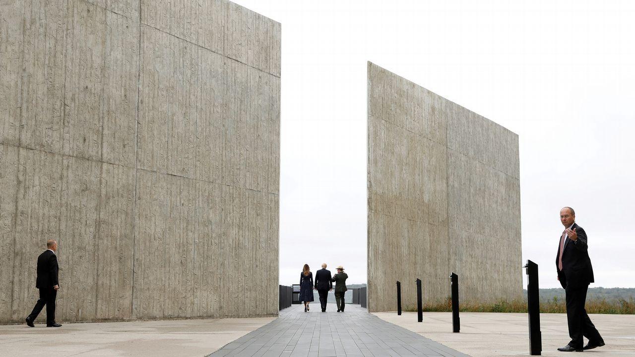 Donald Trump y su mujer caminan por el monumento en recuerdo de las víctimas del 11-S