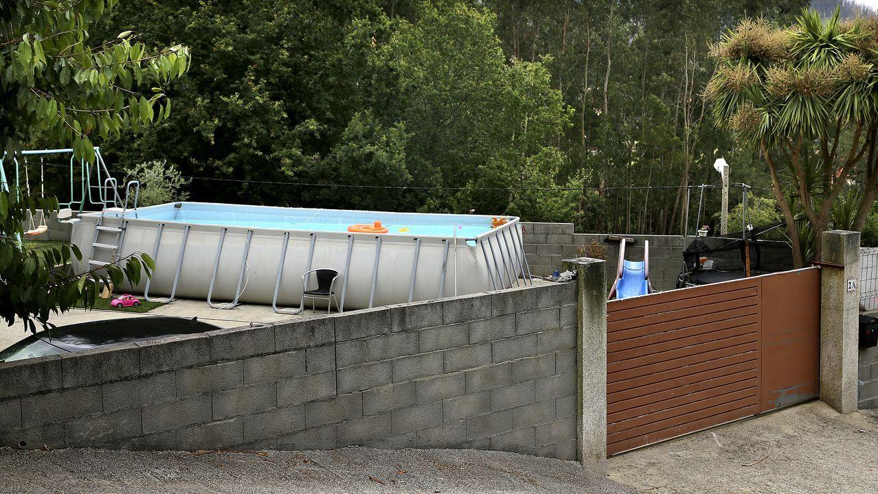 La piscina es desmontable y puede verse desde el exterior de la vivienda