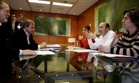 Rubalcaba, ayer en un momento de la reunión con el equipo de negociadores del PSOE.