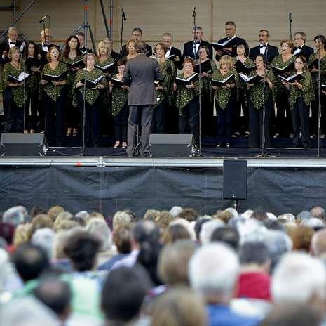 La Banda Municipal, durante su actuación.El recital de El Eco fue seguido por un nutrido público.