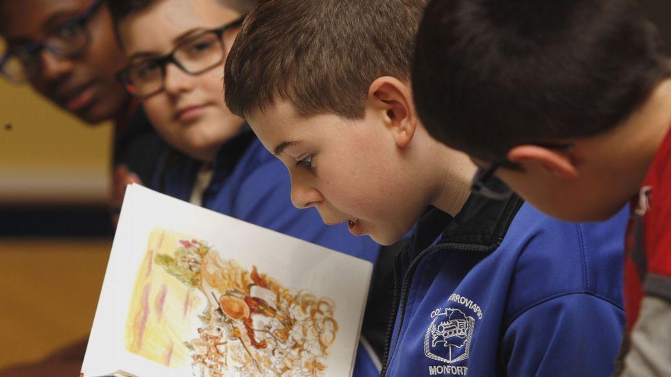 .Niños leyendo fragmentos del «Quijote» en un taller de lectura celebrado durante un reciente Día del Libro