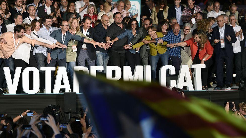 Los cabezas de lista de las elecciones catalanas.Artur Mas, Romeva, Junqueras, con otros candidatos de la lista de Junts pel Sí, unen sus manos al final del último acto de campaña.