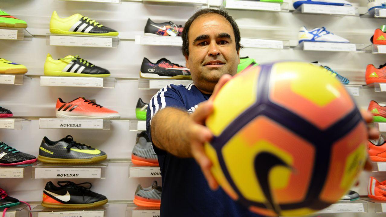 Folch pugna por un balón con Moi Gómez en el Sporting-Oviedo