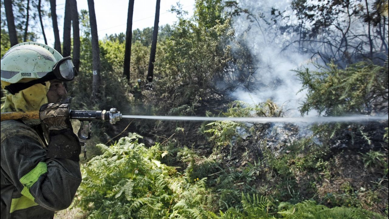 Las llamas, peligrosamente cerca en San Esteban de Negros