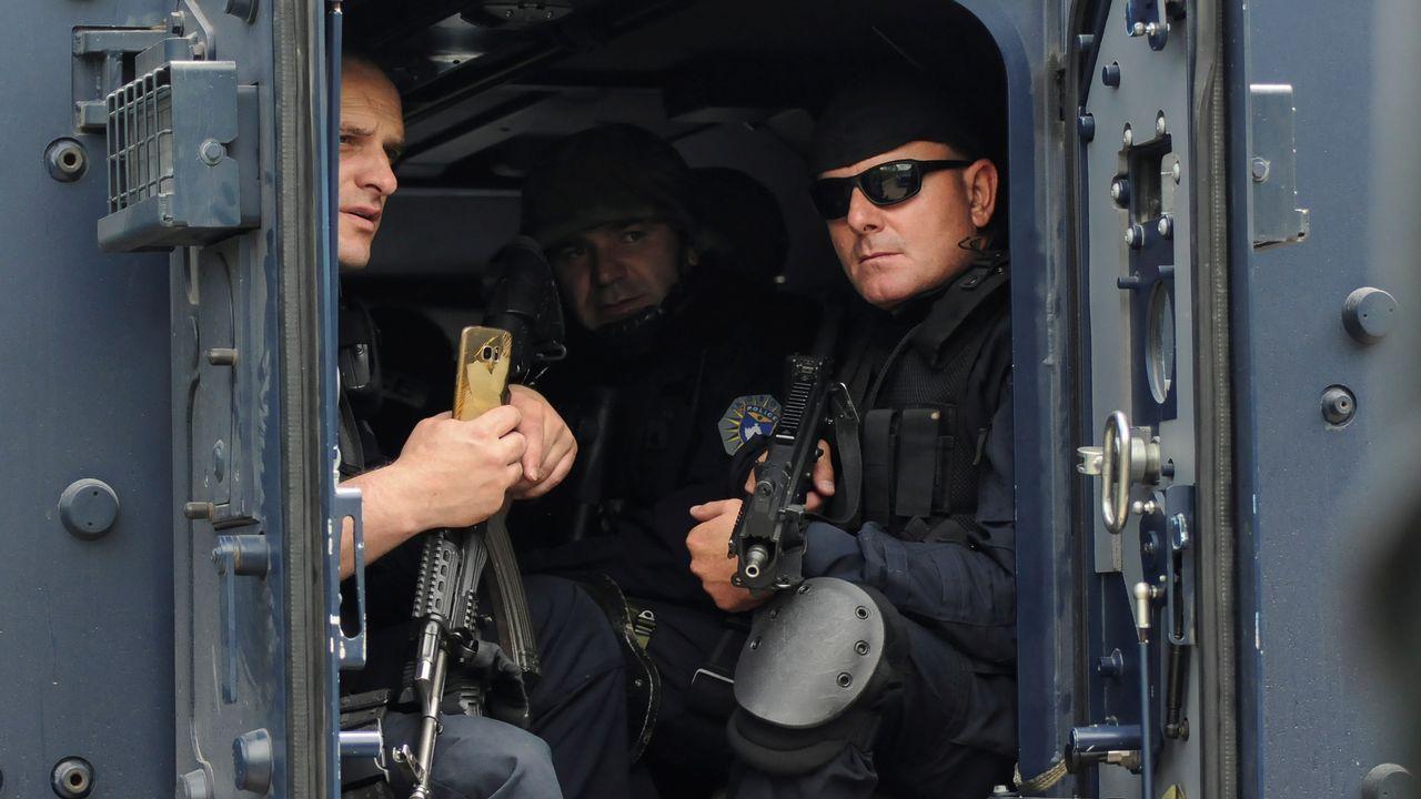 La policía kosovar se desplegó en la localidad de Zubin Potok, donde fueron recibidos con barricadas y resistencia armada