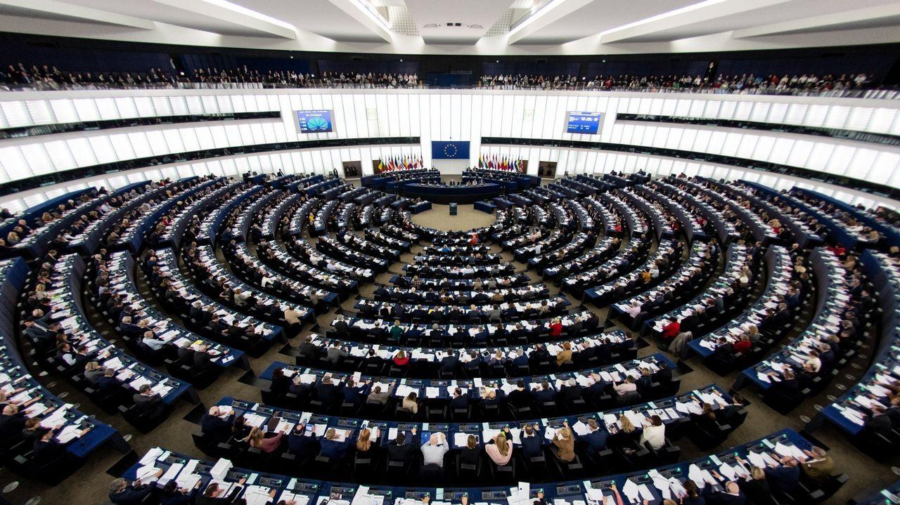 Diputados del Parlamento Europeo en plena votación.