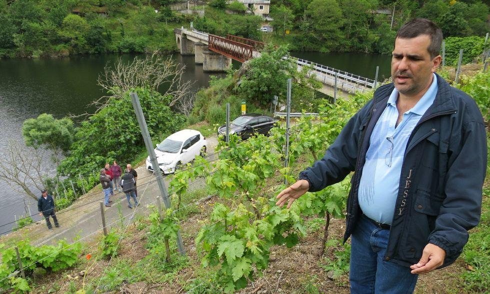 José Carlos Torre, ayer en el lugar en que aparecieron las pertenencias de su padre.