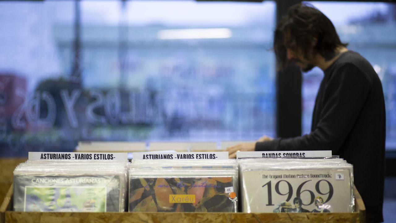Un hombre mira los discos en la tienda de vinilos Alta Fidelidad