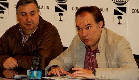 El alcalde José Crespo, con Gómez Estévez, presentó la moción solicitando el reconocimiento a la Academia