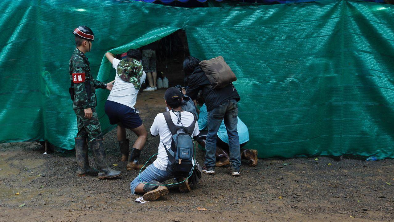La emoción de unos escolares tailandeses cuando el profesor les anuncia que ya están a salvo cuatro de los menores atrapados en la cueva