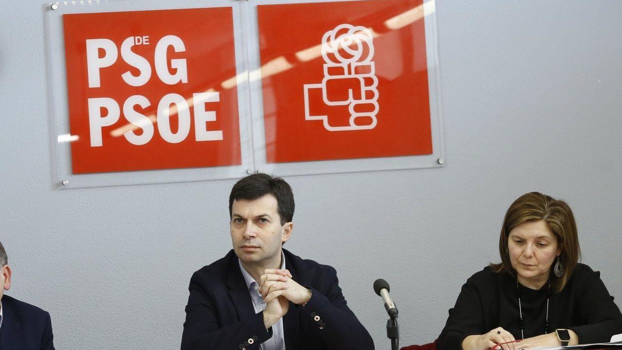 Candidatos y aspirantes del PSdeG para las municipales en las siete ciudades.Hogueras de San Xoán en el Berbés en 1987