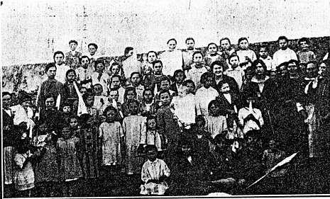 Alumnos de la escuela de Sardiñeiro con su maestra Carmen Díaz, década de los años 20 del siglo XX.