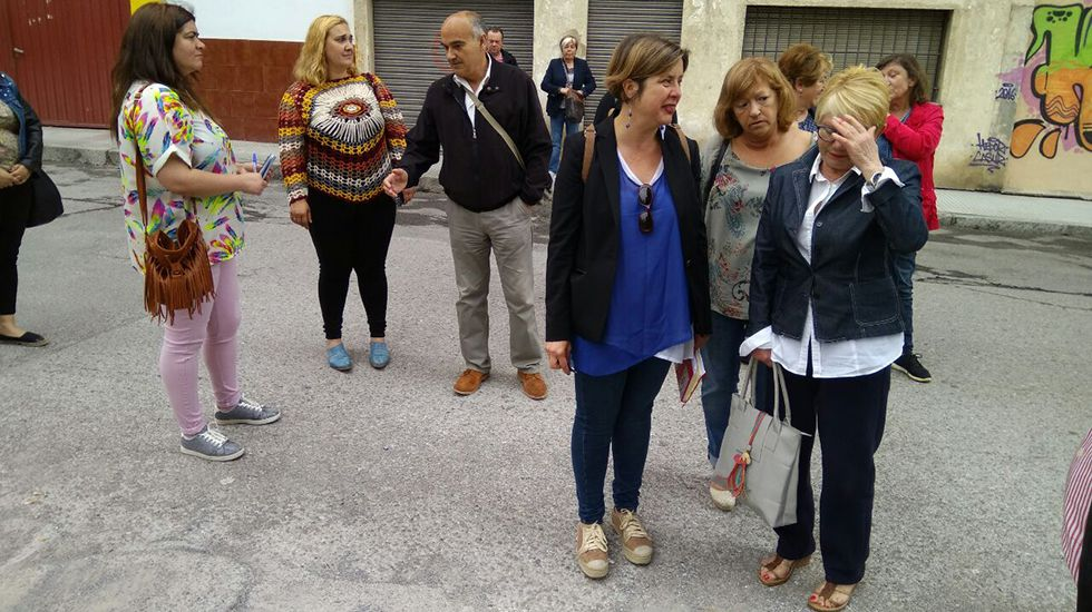 La vicealcaldesa Ana Taboada y la concejala Andrea Álvarez con vecinos a solares abandonados en La Tenderina