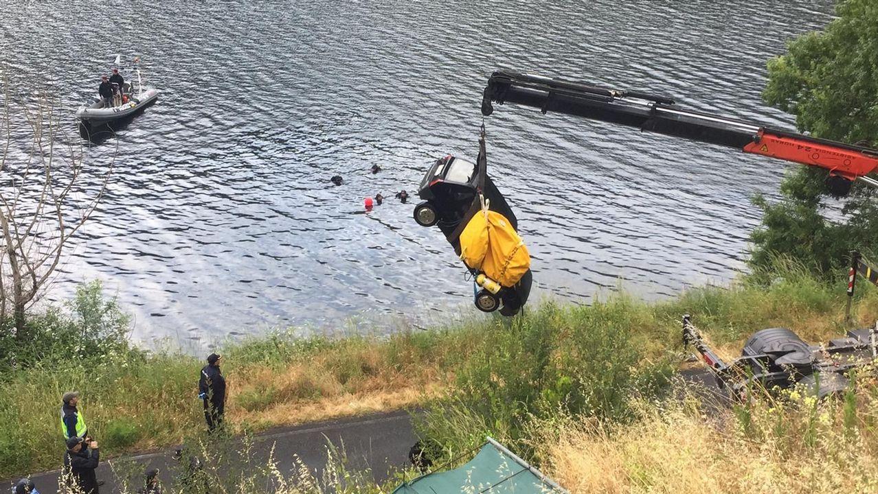 El vehículo fue retirado del embalse después de que los buzos le enganchasen un flotador de gran tamaño
