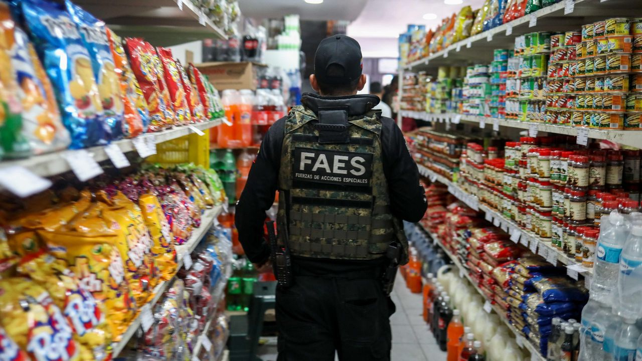 Funcionarios de la policía participan en la fiscalización de precios en varios comercios de Caracas