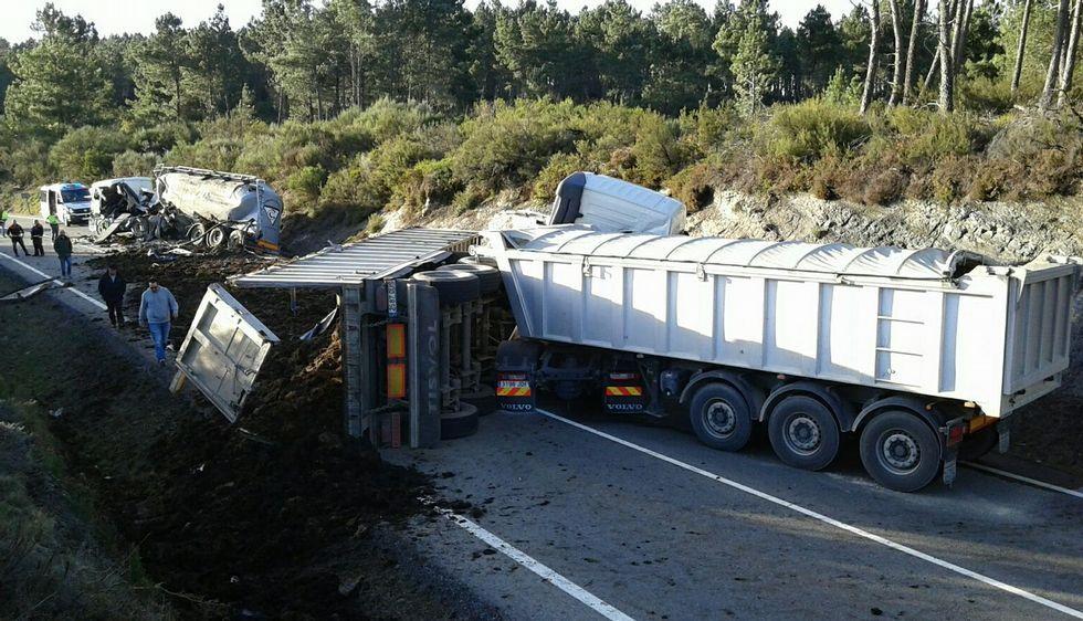 En el choque ocurrido ayer en el punto 4,5 de la Ou-533 se vieron implicados cuatro camiones.