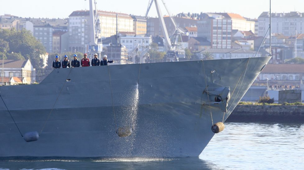 El «Centinela» zarpando del Arsenal de Ferrol
