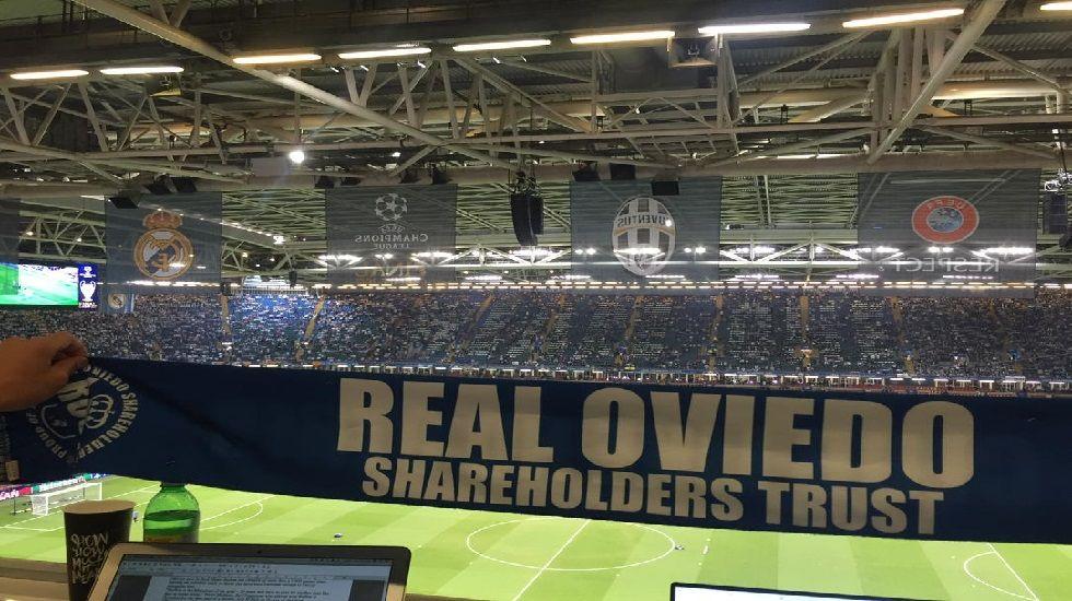 .Bufanda de Real Oviedo WFC en el Millennium Stadium de Cardiff