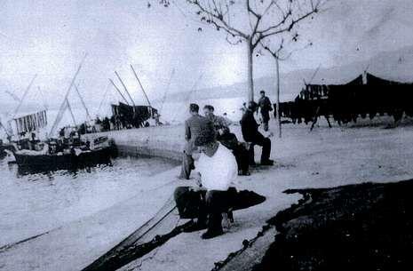 Protesta de las víctimas del Alvia ante la Oficina de la Unión Europea en Madrid.<span lang= es-es >...Y los de antes</span>. Foto histórica de pescadores del xeito cosiendo los aparejos.