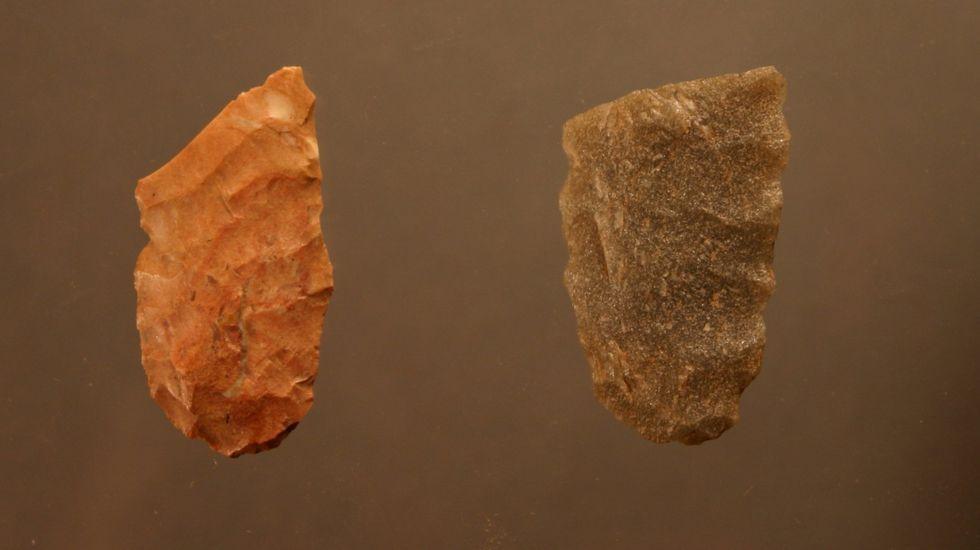 .Tecnología importada. Estas dos puntas líticas fueron halladas en el yacimiento monfortino de Valverde. Los análisis han demostrado que la pieza de la izquierda está hecha con sílex procedente del territorio del  municipio asturiano de Piloña. La otra fue fabricada con cuarcita de origen local.