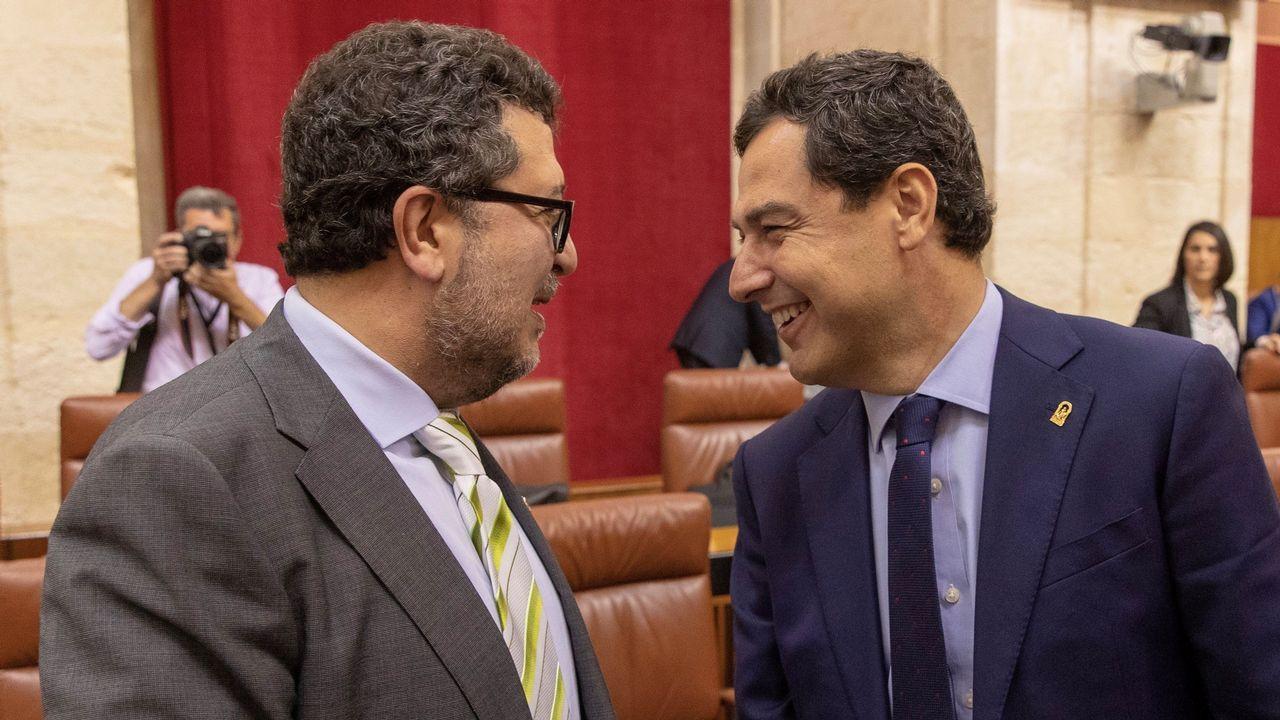Francisco Serrano, de Vox, y Juanma Moreno se saludan en el Parlamento andaluz