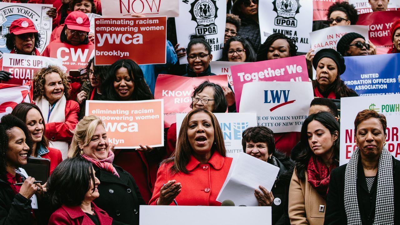 Cientos de personas se manifiestan en la entrada del Ayuntamiento de Nueva York para pedir la igualdad salarial entre hombres y mujeres