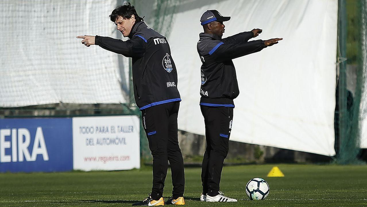 Seedorf junto a su ayudante, Angelo Castelazzi.Iniesta aplaude en Riazor en el partido del 2011, el primero tras el gol del Mundial.
